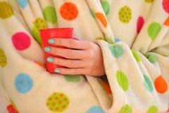 Женщина держа чашку в робе Стоковые Изображения RF