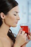 Женщина держа чашку травяного чая Стоковые Фото