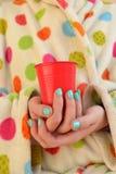 Женщина держа чашку Стоковые Фотографии RF