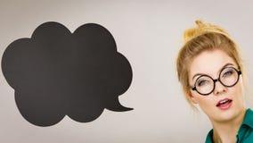 Женщина держа черный думая пузырь Стоковое Изображение