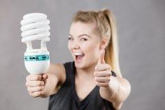 Женщина держа электрическую лампочку eco современную Стоковая Фотография