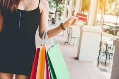 Женщина держа crad кредита наслаждаясь торговой улицей Стоковая Фотография RF