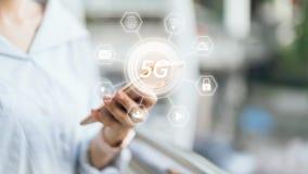 Женщина держа smartphone для того чтобы экранировать значок 5G Концепция интернета будущего и тенденции стоковое изображение rf