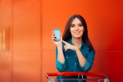 Женщина держа Smartphone заканчивать онлайн предложения Стоковое фото RF