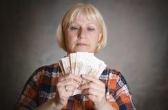 Женщина держит деньги стоковое изображение rf