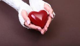 Женщина держит красное сердце в ее руках Стоковое Фото