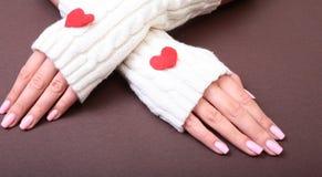 Женщина держит красное сердце в ее руках Стоковая Фотография RF