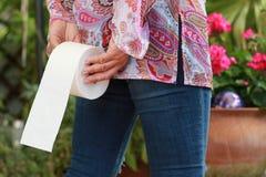 Женщина держит крен туалета стоковая фотография rf