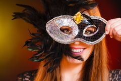 Женщина держит крупный план маски масленицы Стоковые Фотографии RF