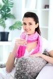 Женщина держит стекло с водой стоковое фото rf