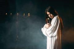 Женщина держит spellbook в руках, колдовство Стоковое Фото
