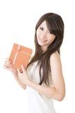 Женщина детенышей довольно азиатская с подарком стоковое изображение