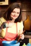 Женщина добавочного размера привлекательная подготовляя пирожное для ее парня Стоковые Изображения