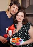 Женщина добавочного размера привлекательная подготовляя пирожное на ее парень i Стоковые Изображения RF