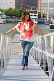 женщина добавочного размера стоящая Стоковое фото RF