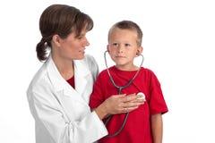 женщина доктора мальчика кавказская давая материальне стоковые изображения rf