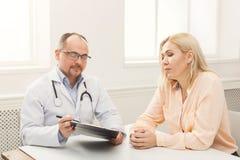 Женщина доктора советуя с в больнице Стоковые Изображения