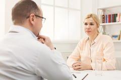 Женщина доктора советуя с в больнице Стоковое Изображение
