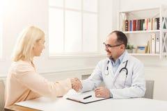 Женщина доктора советуя с в больнице Стоковая Фотография RF