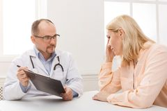 Женщина доктора советуя с в больнице Стоковое Изображение RF