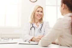 Женщина доктора советуя с в больнице стоковые изображения rf