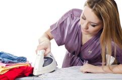 Женщина домохозяйка утюживет полотно стоковое изображение rf