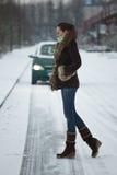 женщина дороги скрещивания автомобиля Стоковые Фото