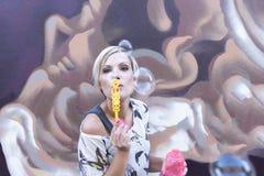 Женщина дует пузыри Стоковые Фото