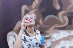 Женщина дует пузыри стоковое фото rf