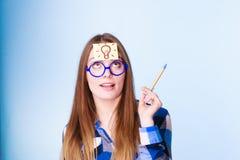 Женщина думая светлый шарик идеи на голове стоковые изображения rf