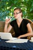 Женщина думая с пер в руке Стоковое Изображение RF