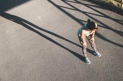 Женщина дышает после jogging стоковое изображение rf