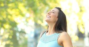 Женщина дыша свежим воздухом в улице акции видеоматериалы