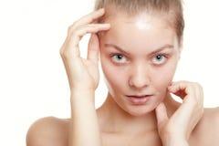 Женщина девушки в лицевом слезает маску. Забота кожи. Стоковое фото RF