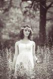 Женщина девушки с chaplet цветка на голове Стоковое Изображение RF