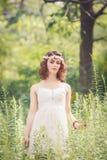 Женщина девушки с chaplet цветка на голове Стоковая Фотография