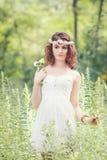Женщина девушки с chaplet цветка на голове Стоковые Изображения RF