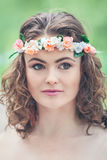 Женщина девушки с chaplet цветка на голове Стоковое Фото