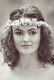 Женщина девушки с chaplet цветка на голове Стоковые Изображения