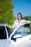 Женщина ее автомобилем стоковое изображение