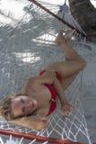 Женщина лежа в гамаке Стоковое Изображение RF