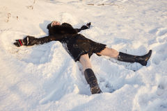 Женщина лежа в снеге Стоковое Изображение
