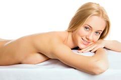 Женщина лежа в центре здоровья стоковое фото rf