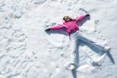 Женщина лежа на снеге Стоковое Фото
