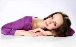 Женщина лежа на таблице стоковые изображения rf