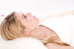 Женщина лежа на удобной кровати спы Стоковое фото RF