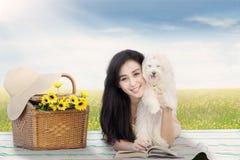 Женщина лежа на циновке с ее собакой Стоковые Фото
