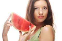 Женщина держа арбуз готовый принять укус Стоковые Фотографии RF