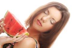 Женщина держа арбуз готовый принять укус Стоковые Изображения RF
