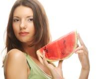 Женщина держа арбуз готовый принять укус Стоковая Фотография RF